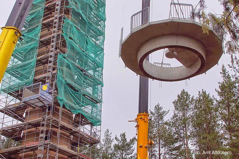 Im November wurde die Plattform auf dem Aussichtsturm montiert. Mittlerweile ist das neue Wahrzeichen der Calauer Schweiz fast fertig, nun wird ein Name gesucht.