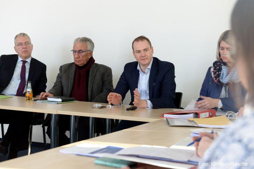 Klinikum-Geschäftsführer Tobias Vaasen (3. v.l.) in der wöchentlichen Abstimmungsrunde mit dem Steuerungskreis. https://www.lausitz-branchen.de/medienarchiv/cms/upload/2020/02/Sanierungsplan_Klinikum_Niederlausitz.jpg