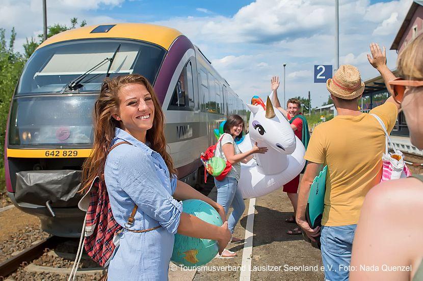Mit der Seenlandbahn reisen Fahrgäste bequem und entspannt ins Lausitzer Seenland. Die Bahn bringt sie von Dresden direkt an den Senftenberger See. Mit der Seenlandbahn geht es samstags zum VVO-Tarif in den Sommerferien vom 6. Juli bis 17. August 2019 ab Dresden über Kamenz, Bernsdorf, Wiednitz und Hosena nach Senftenberg