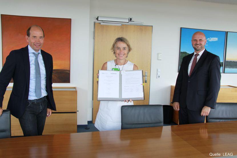 Der LEAG-Vorstandsvorsitzende Dr. Helmar Rendez, die amtierende Präsidentin der BTU Cottbus-Senftenberg Prof. Dr. Christiane Hipp und LEAG-Personalvorstand Jörg Waniek unterzeichneten den Kooperationsvertrag