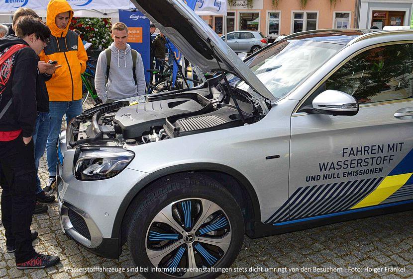 Wasserstofffahrzeuge sind bei Informationsveranstaltungen stets dicht umringt von den Besuchern.
