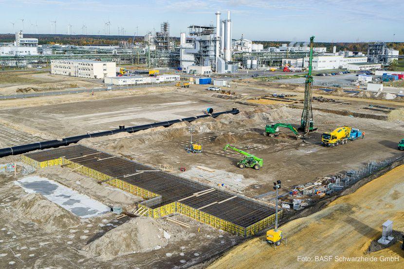 BASF hat den ersten Spatenstich für ihre neue Produktionsanlage für Kathodenmaterialien in Schwarzheide, Deutschland, vorgenommen. In einer Online-Veranstaltung feierte das Unternehmen diesen Meilenstein gemeinsam mit Kunden, Politikern und Partnern.