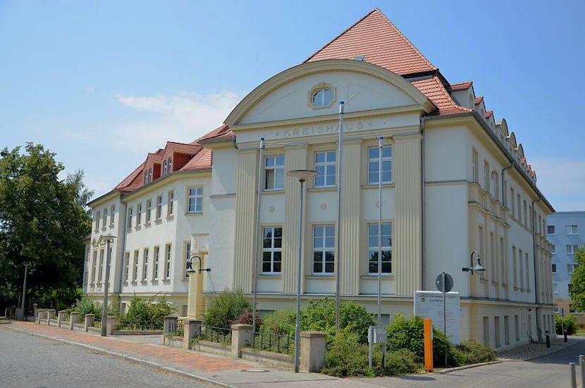 https://www.lausitz-branchen.de/medienarchiv/cms/upload/allgemein/osl/landratsamt-senftenberg.jpg
