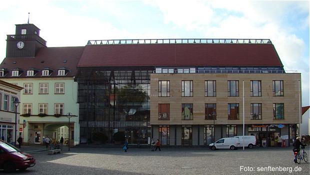 https://www.lausitz-branchen.de/medienarchiv/cms/upload/allgemein/osl/rathaus-senftenberg.jpg